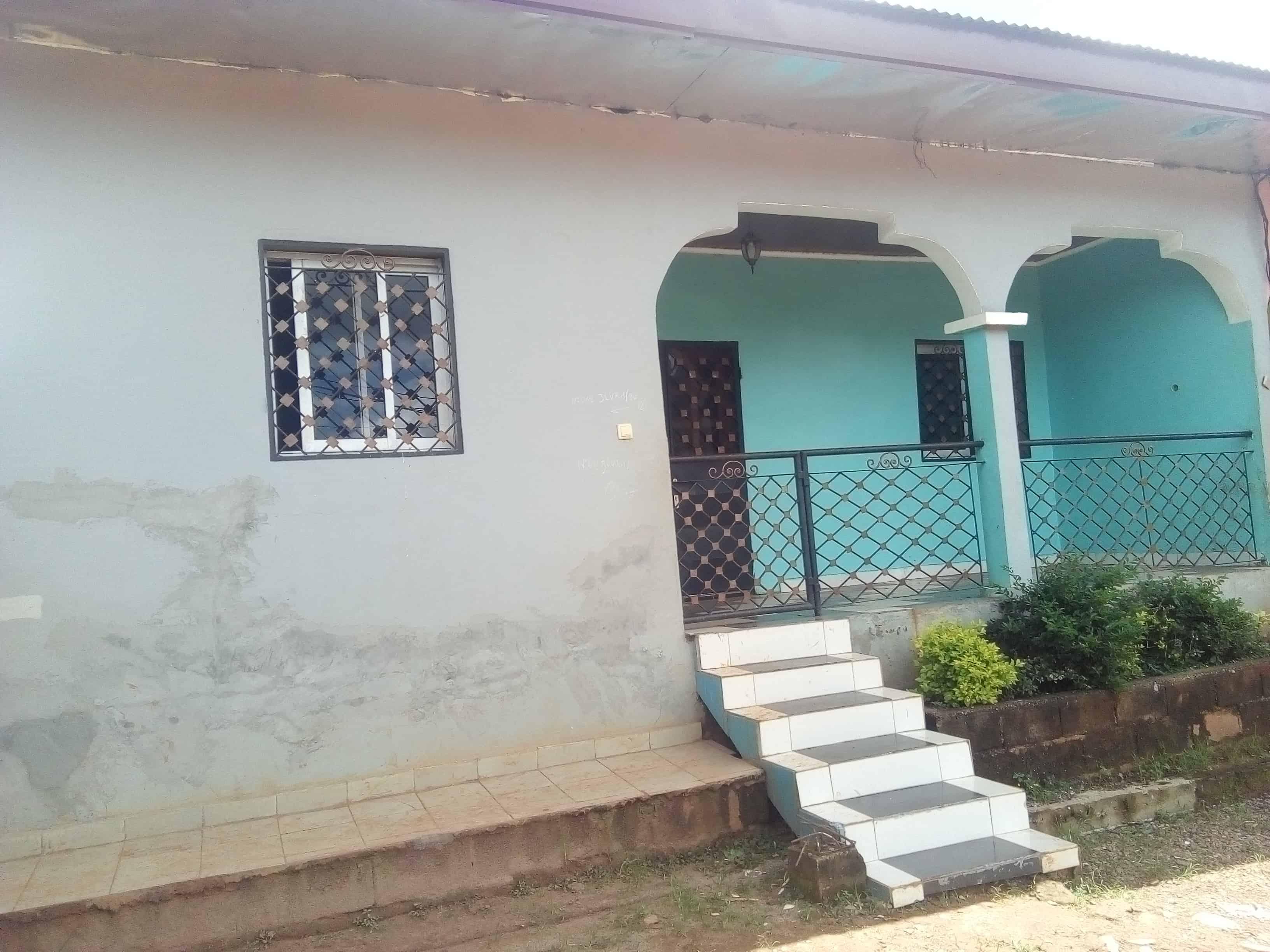 Apartment to rent - Yaoundé, Nkolafeme, Béatitude - 1 living room(s), 3 bedroom(s), 2 bathroom(s) - 90 000 FCFA / month