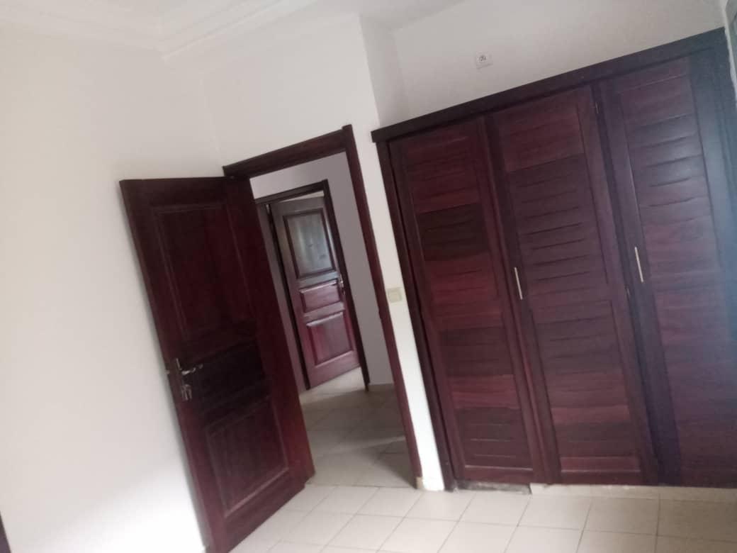 Apartment to rent - Douala, Bonamoussadi, Ver carrefour maçon - 1 living room(s), 2 bedroom(s), 2 bathroom(s) - 200 000 FCFA / month