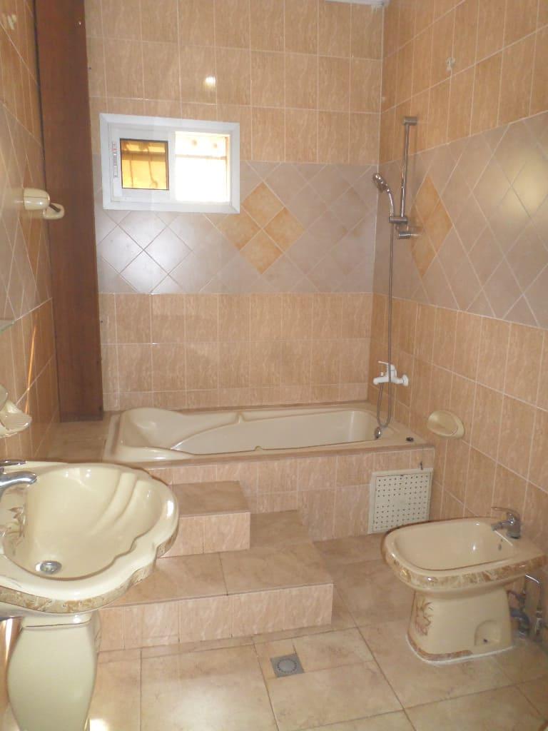Office to rent at Yaoundé, Bastos, pas loin de osypool - 150 m2 - 850 000 FCFA