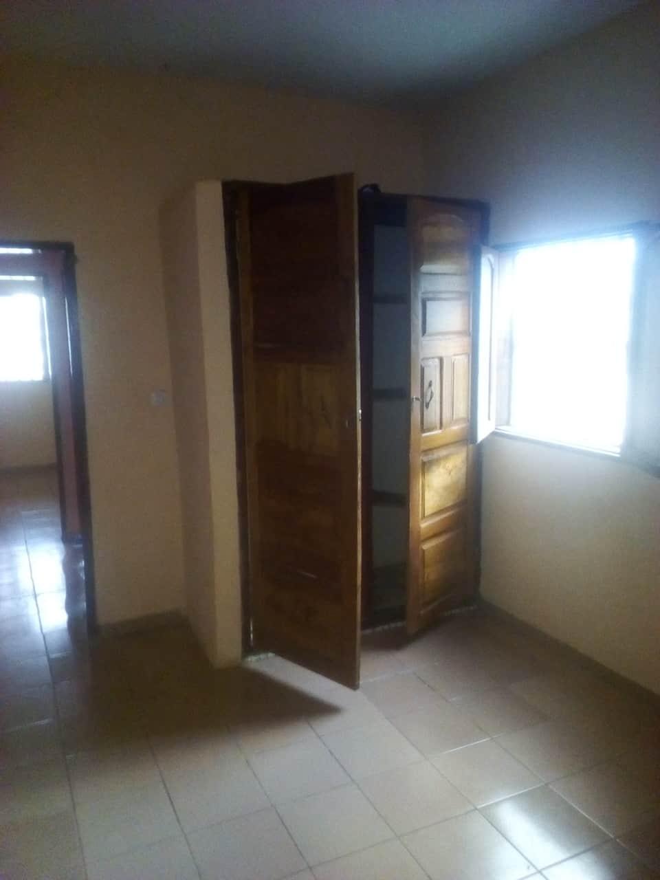 Apartment to rent - Yaoundé, Bastos, pas loin du la policlinique - 1 living room(s), 2 bedroom(s), 1 bathroom(s) - 150 000 FCFA / month