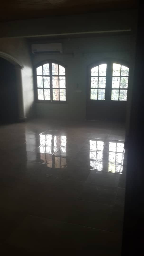 House (Duplex) to rent - Douala, Kotto, Ver pilote - 3 living room(s), 9 bedroom(s), 8 bathroom(s) - 700 000 FCFA / month