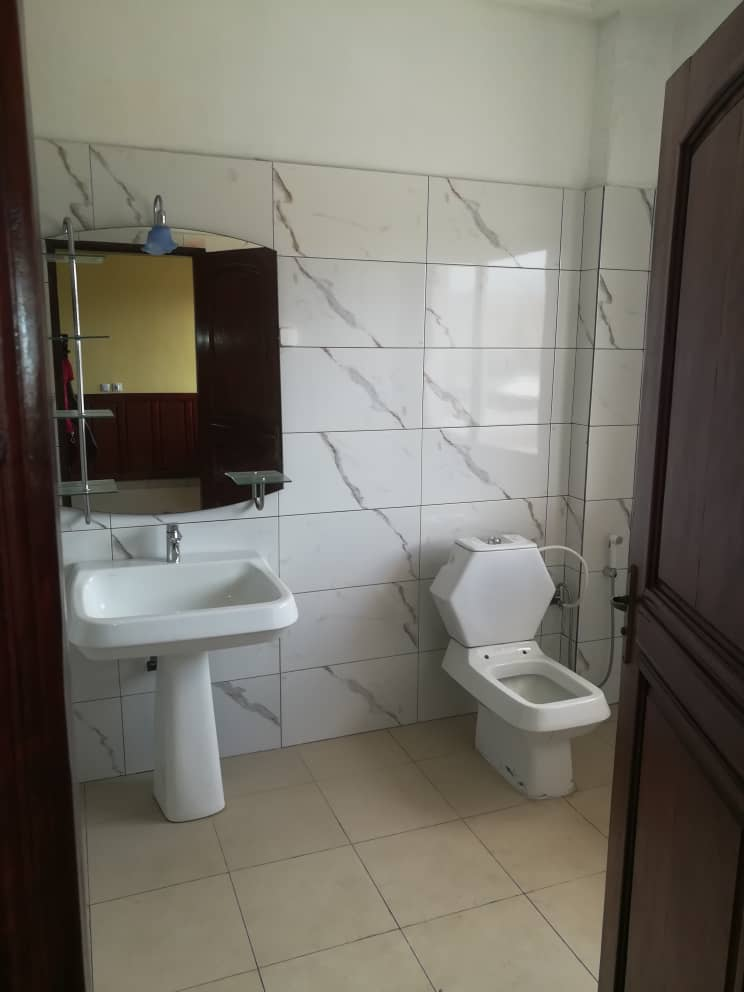 Apartment to rent - Douala, Makepe, Ver BM - 1 living room(s), 3 bedroom(s), 3 bathroom(s) - 350 000 FCFA / month