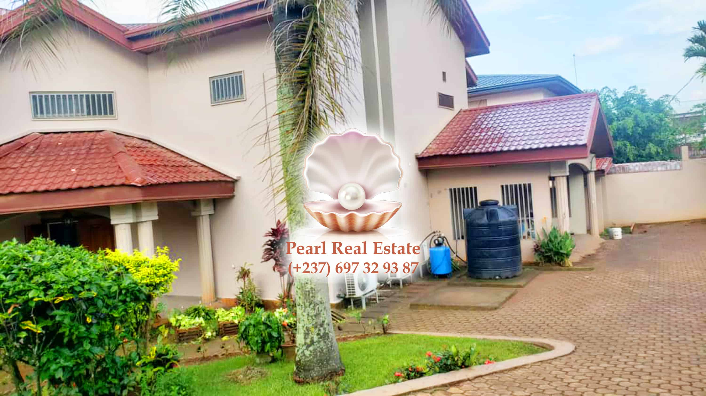 House (Duplex) to rent - Yaoundé, Bastos, Quartier du Golf - 2 living room(s), 5 bedroom(s), 4 bathroom(s) - 3 500 000 FCFA / month