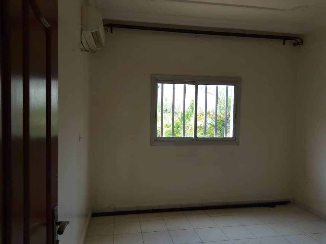 Apartment to rent - Yaoundé, Bastos, Vers la foire - 1 living room(s), 3 bedroom(s), 3 bathroom(s) - 450 000 FCFA / month