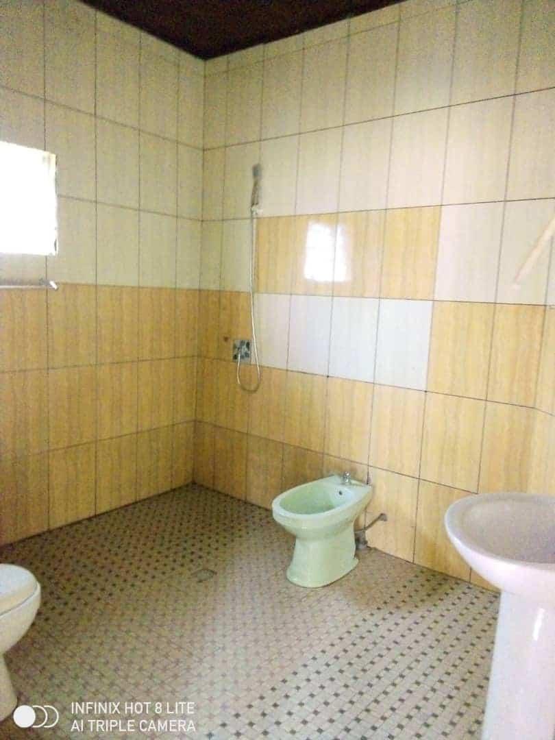 House (Villa) to rent - Douala, Logbessou II, Ver carrefour logbessou - 1 living room(s), 3 bedroom(s), 3 bathroom(s) - 140 000 FCFA / month