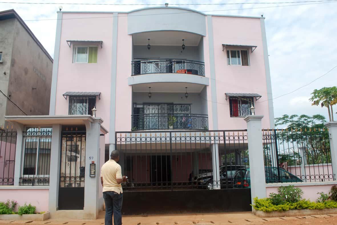 Apartment to rent - Yaoundé, Ekoumdoum, Carrefour de l'amitie - 1 living room(s), 2 bedroom(s), 3 bathroom(s) - 200 000 FCFA / month