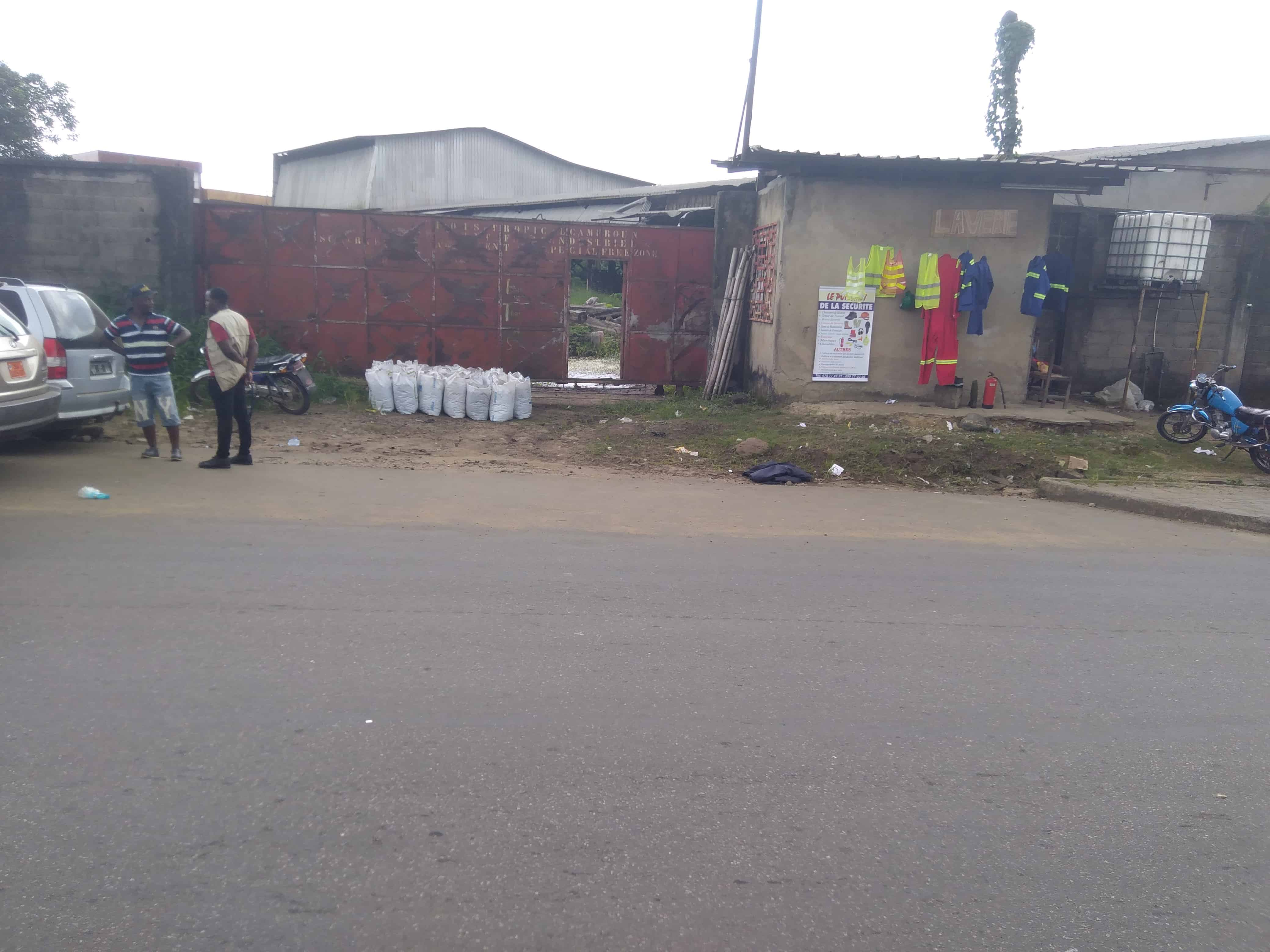 Entrepôt à louer à Douala, Ndokotti, À 300m derrière la nouvelle agence de banque société générale - 1000 m2 - 3 000 000 FCFA