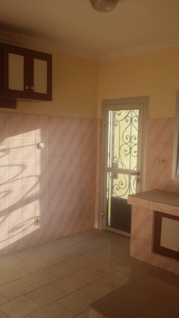 Apartment to rent - Yaoundé, Elig-essono, Carrefour - 1 living room(s), 2 bedroom(s), 3 bathroom(s) - 350 000 FCFA / month