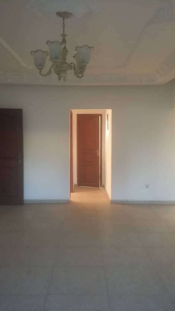 Office to rent at Yaoundé, Elig-essono, Carrefour - 100 m2 - 400 000 FCFA