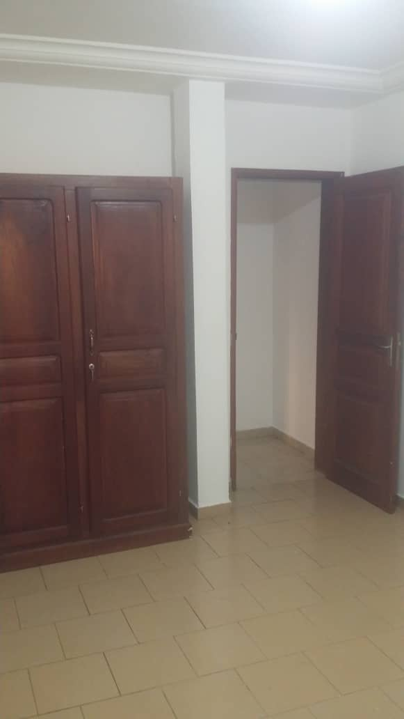 Apartment to rent - Yaoundé, Elig-essono, Carrefour - 1 living room(s), 1 bedroom(s), 2 bathroom(s) - 200 000 FCFA / month