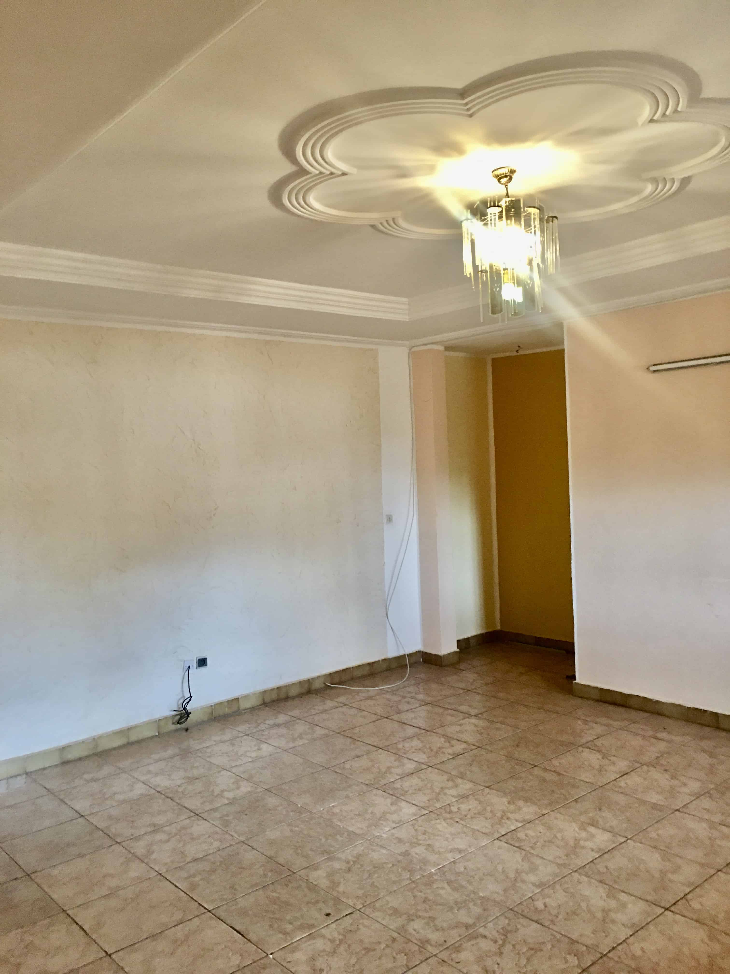 Apartment to rent - Yaoundé, Bastos, Carrefour - 1 living room(s), 3 bedroom(s), 2 bathroom(s) - 350 000 FCFA / month