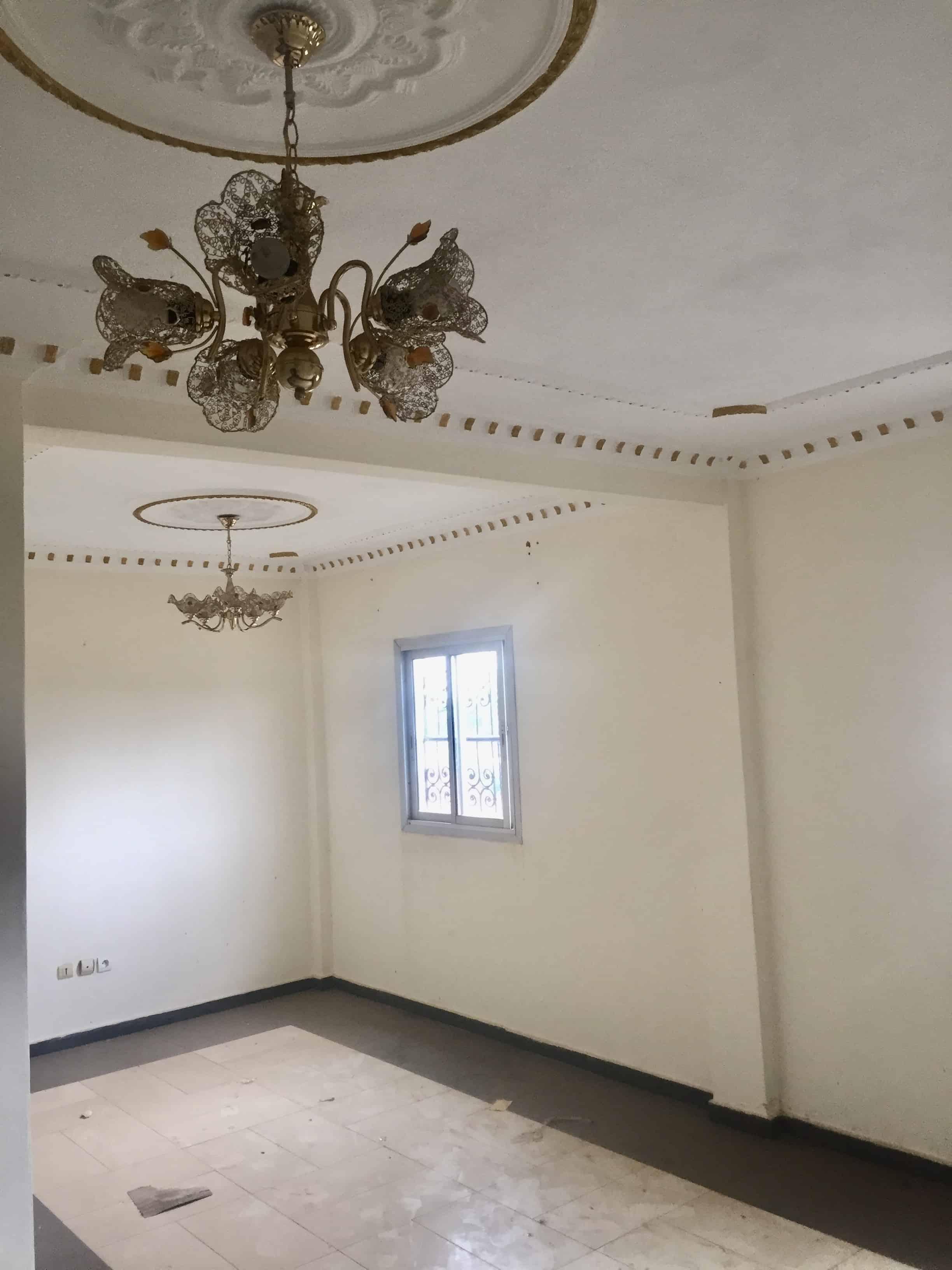Appartement à louer - Yaoundé, Bastos, Carrefour - 1 salon(s), 3 chambre(s), 2 salle(s) de bains - 350 000 FCFA / mois