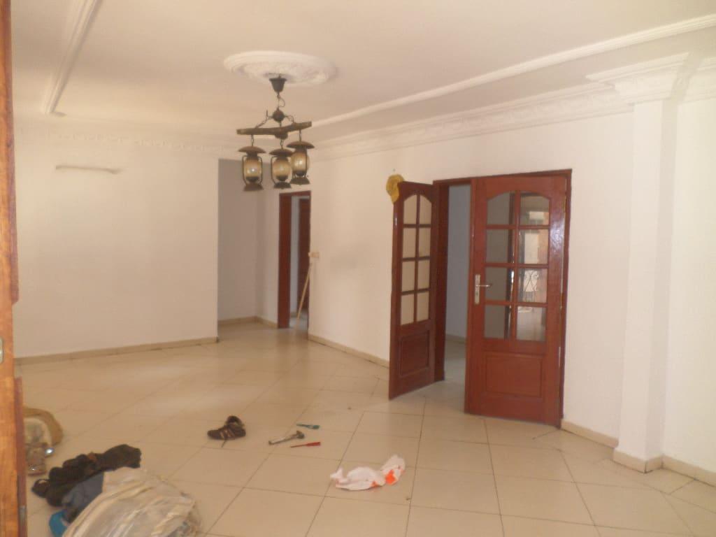 Appartement à louer - Yaoundé, Bastos, Pas loin de la nouvelle route - 1 salon(s), 3 chambre(s), 2 salle(s) de bains - 350 000 FCFA / mois