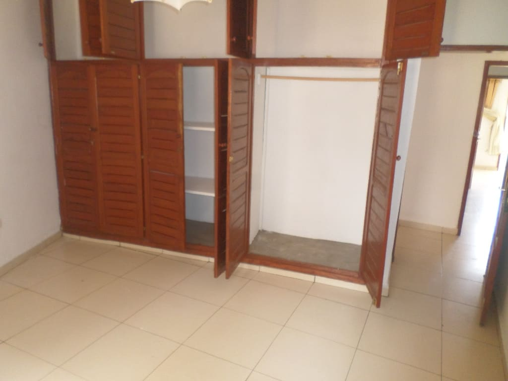 Apartment to rent - Yaoundé, Bastos, Pas loin de la nouvelle route - 1 living room(s), 3 bedroom(s), 2 bathroom(s) - 350 000 FCFA / month