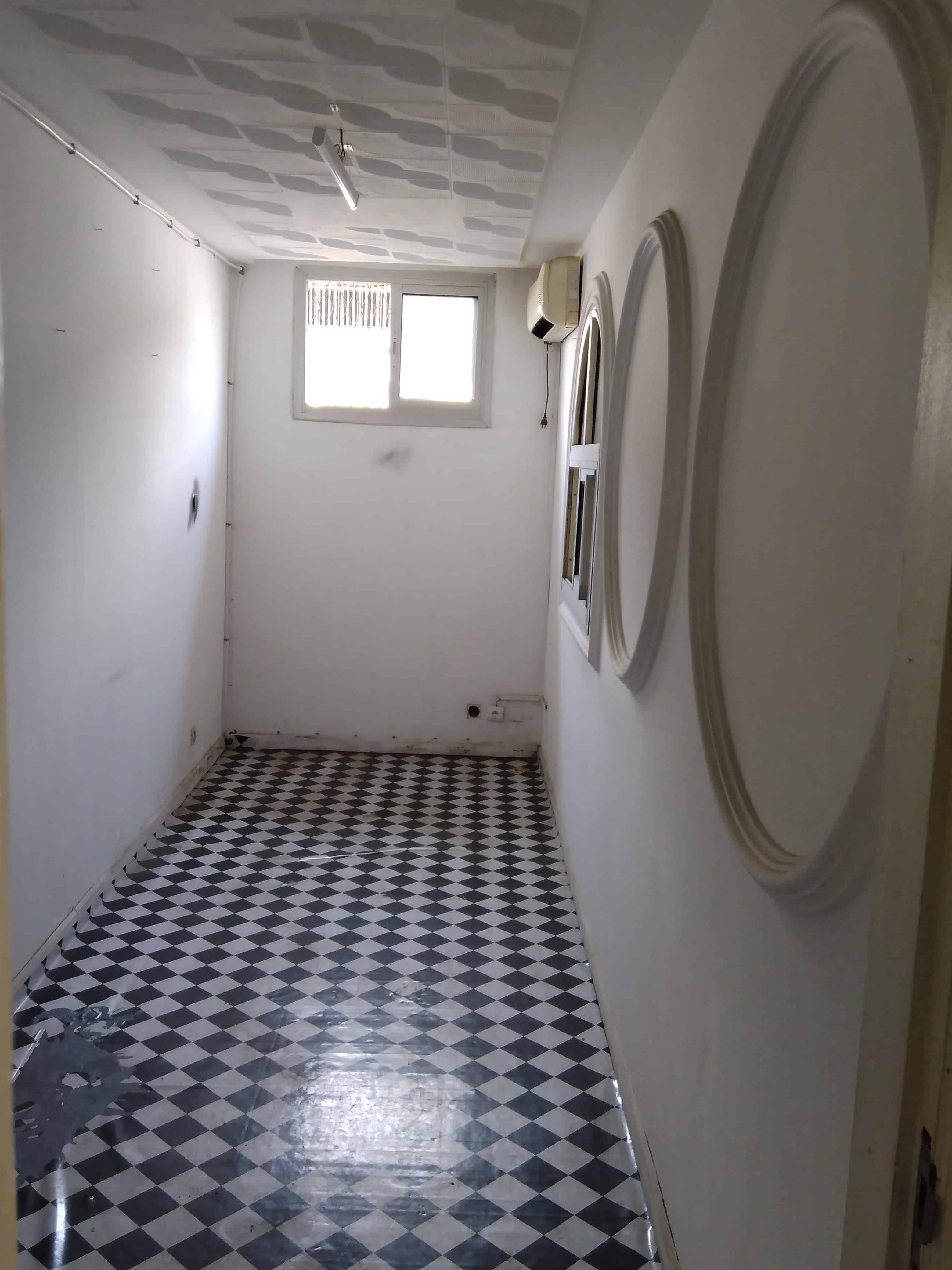 Shop to rent at Douala, Akwa I, Rue laborex - 100 m2 - 650 000 FCFA