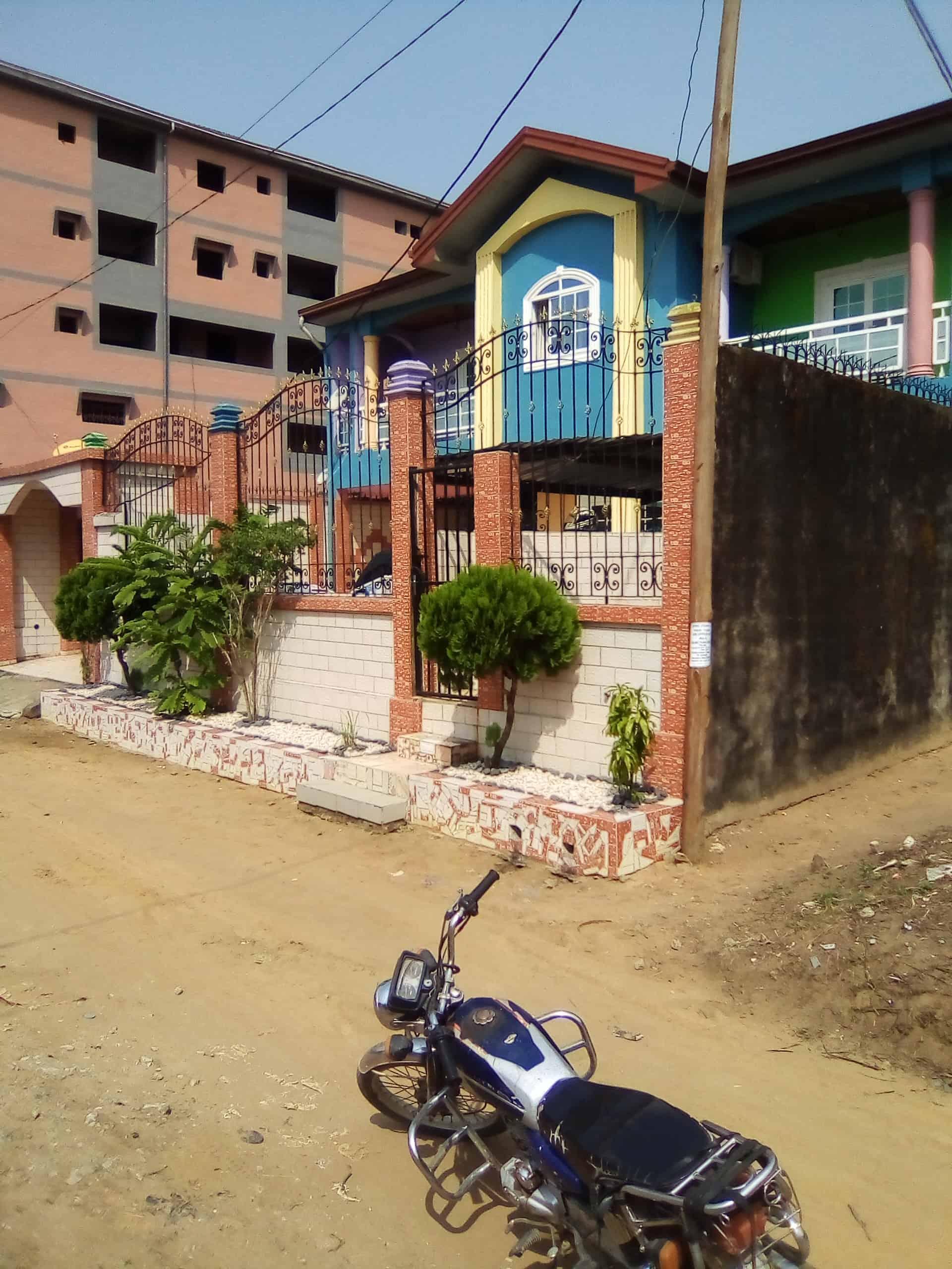 House (Duplex) for sale - Douala, Kotto, En face du commissaire - 2 living room(s), 4 bedroom(s), 5 bathroom(s) - 170 000 000 FCFA / month