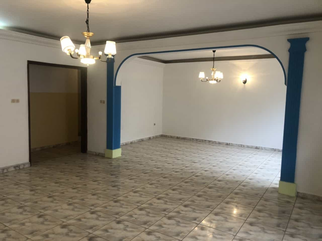 Apartment to rent - Yaoundé, Bastos, Carrefour Bastos - 1 living room(s), 3 bedroom(s), 3 bathroom(s) - 400 000 FCFA / month