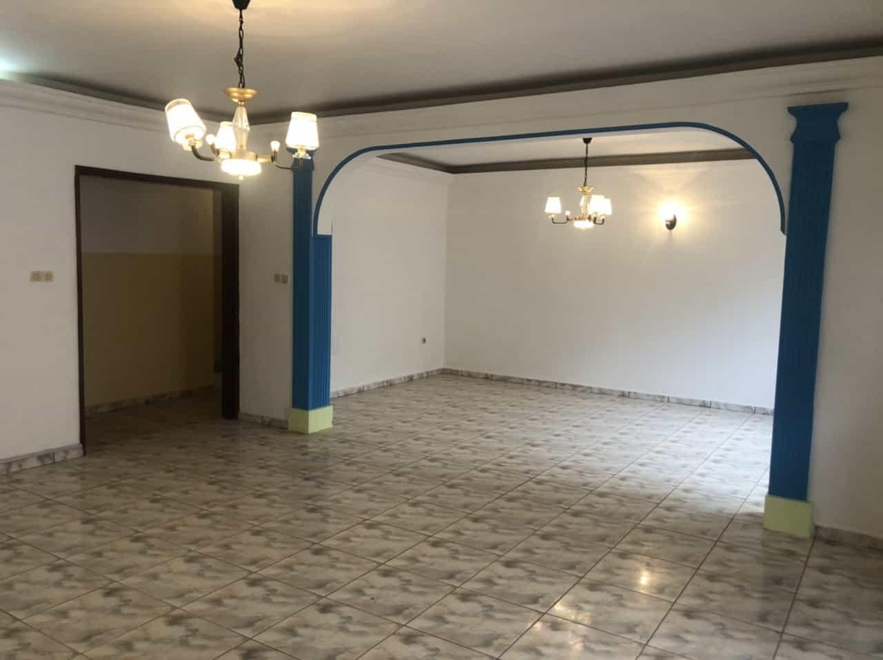 Appartement à louer - Yaoundé, Bastos, Carrefour Bastos - 1 salon(s), 3 chambre(s), 3 salle(s) de bains - 400 000 FCFA / mois