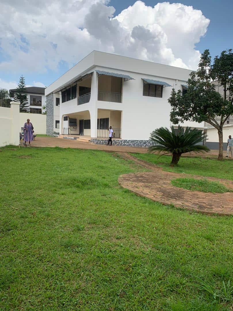 Bureau à louer à Yaoundé, Bastos, bastos - 1400 m2 - 3 800 000 FCFA