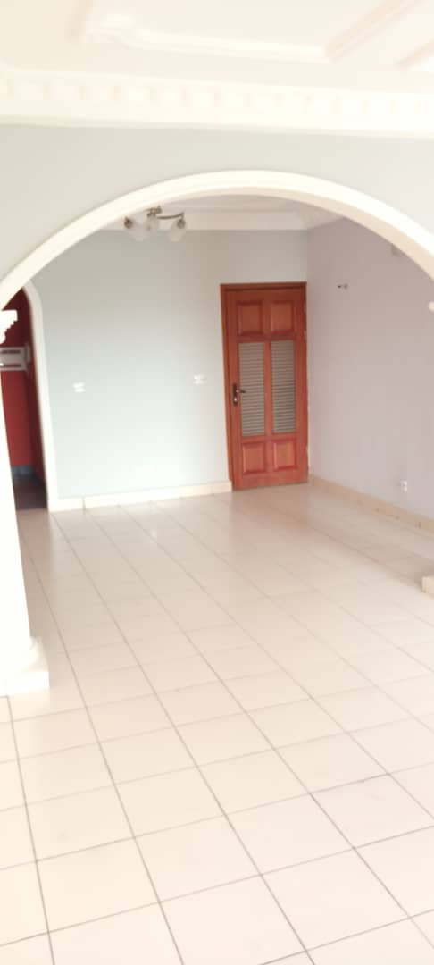 Apartment to rent - Douala, Makepe, Makepe - 1 living room(s), 3 bedroom(s), 2 bathroom(s) - 335 000 FCFA / month
