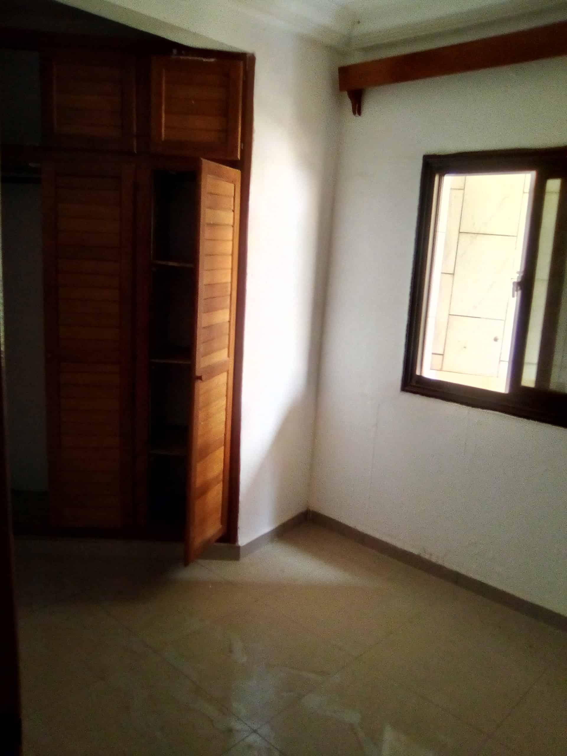 Apartment to rent - Douala, Akwa I, Vers kotto résidence - 1 living room(s), 3 bedroom(s), 2 bathroom(s) - 150 000 FCFA / month