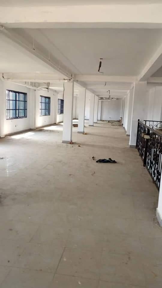 Boutique à louer à Douala, Logbessou I, Collège bilingue du soleil - 1400 m2 - 900 000 FCFA