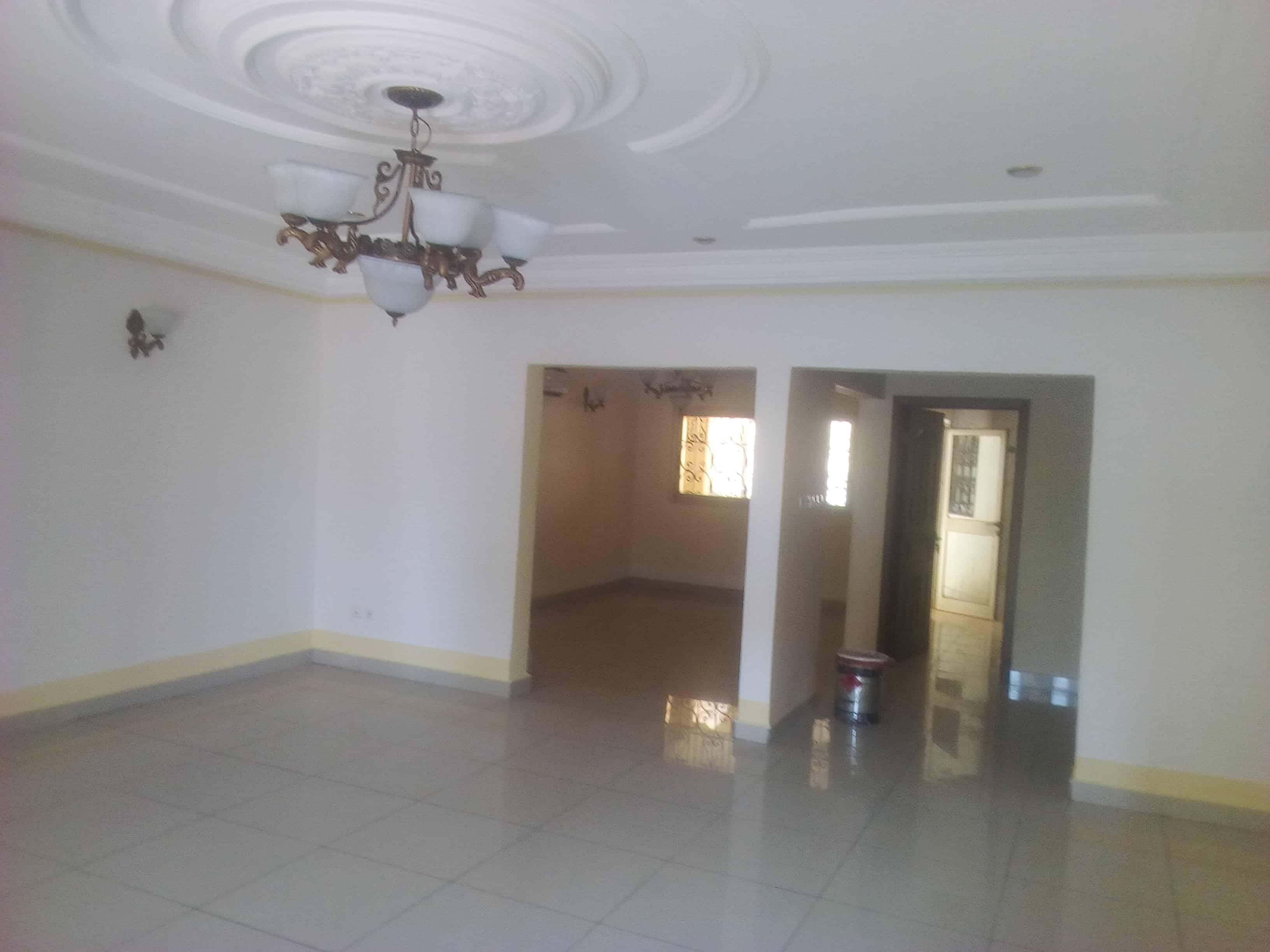Bureau à louer à Yaoundé, Bastos, Pas loin du rond point -  m2 - 3 500 000 FCFA