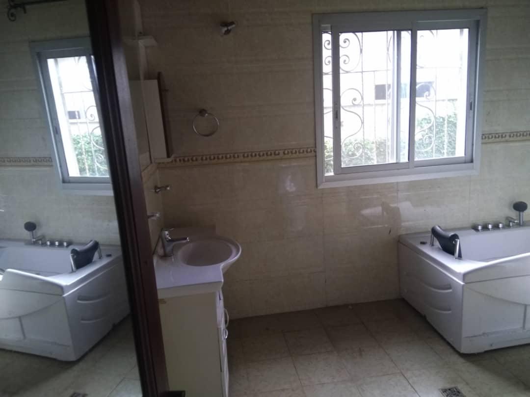 House (Villa) for sale - Yaoundé, Bastos, Vers nouvelle route(villa avec piscine) - 1 living room(s), 5 bedroom(s), 6 bathroom(s) - 450 000 000 FCFA / month
