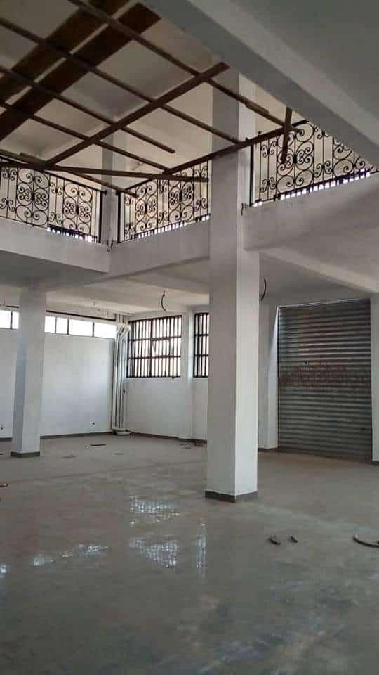 Boutique à louer à Douala, Logpom, Commissariat central - 1400 m2 - 900 000 FCFA