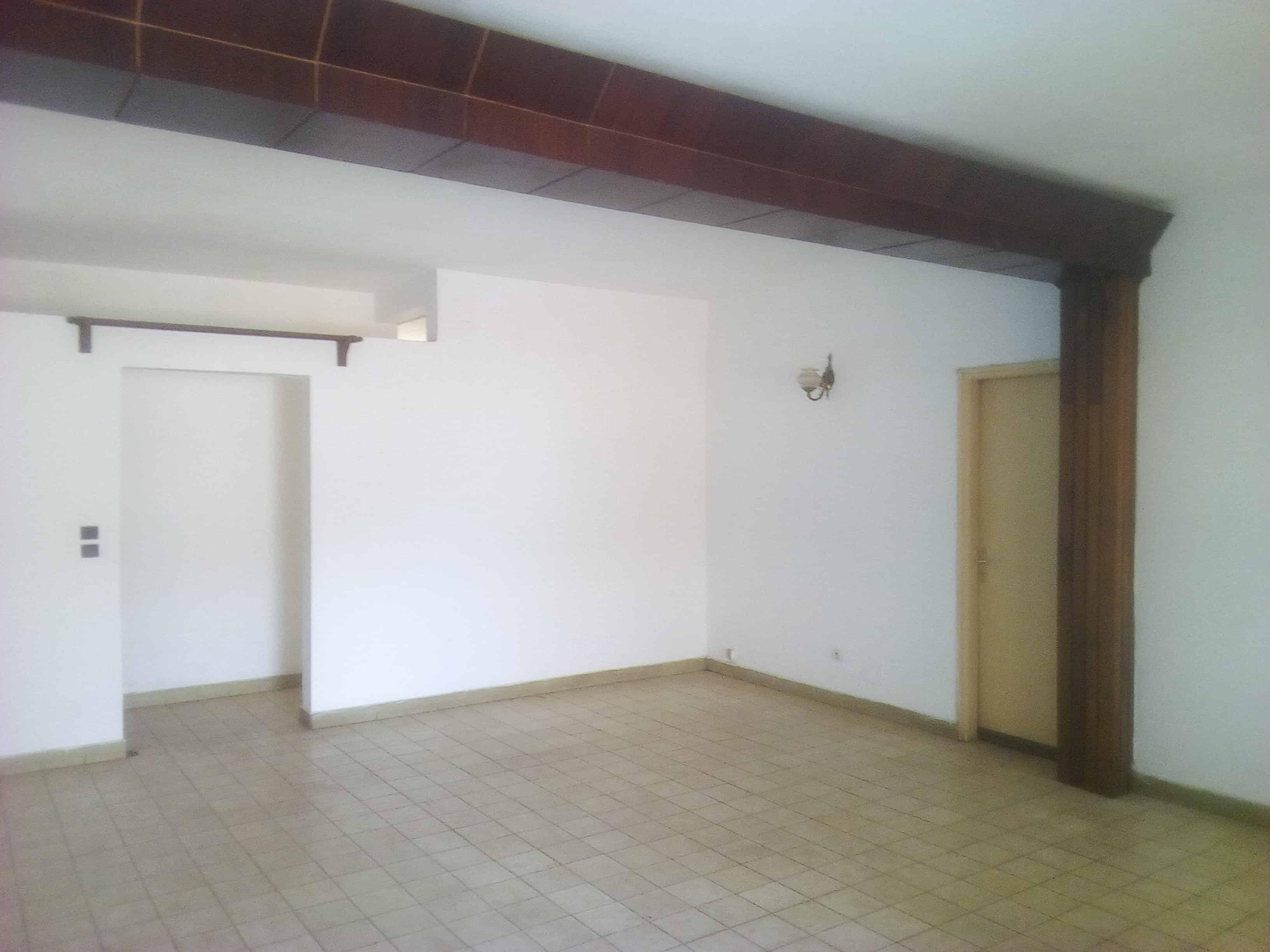Bureau à louer à Yaoundé, Bastos, Nouvelle route - 400 m2 - 500 000 FCFA