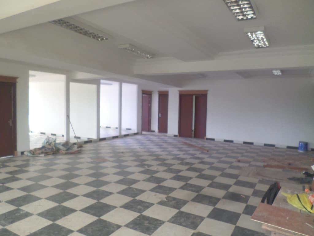 Bureau à louer à Yaoundé, Bastos, pas loin dunicef( IMMEUBLES DE 7 APPARTEMENT OPEN SPACE , UN APPARTEMENT PAR PALIER) - 1000 m2 - 15 000 000 FCFA