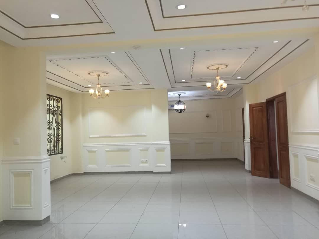 House (Duplex) to rent - Yaoundé, Bastos, rond point - 2 living room(s), 3 bedroom(s), 3 bathroom(s) - 900 000 FCFA / month