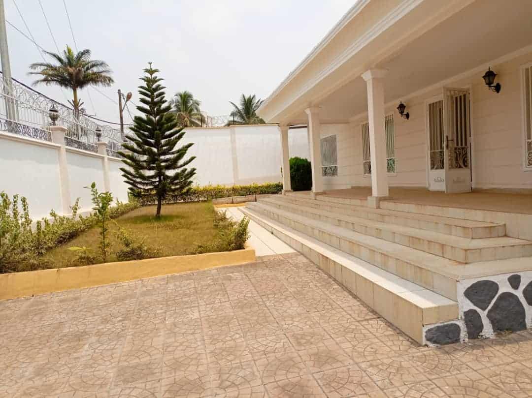 House (Duplex) to rent - Yaoundé, Bastos, rond point - 2 living room(s), 4 bedroom(s), 4 bathroom(s) - 1 800 000 FCFA / month