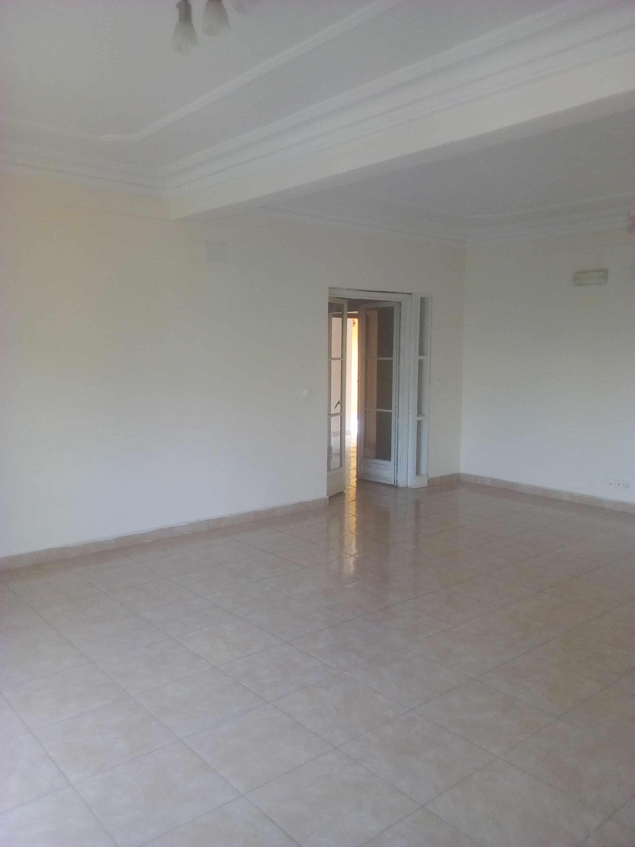 Appartement à louer - Yaoundé, Mfandena, Omnisport - 1 salon(s), 3 chambre(s), 3 salle(s) de bains - 400 000 FCFA / mois