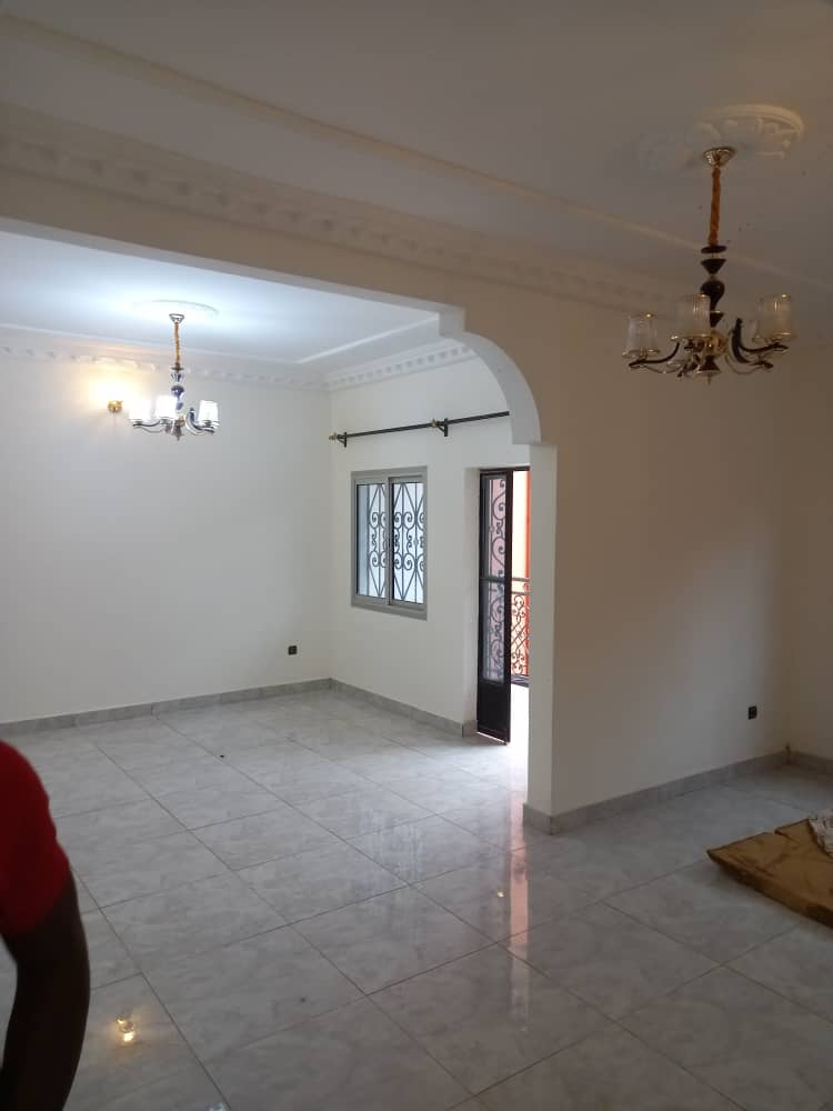 Apartment to rent - Yaoundé, Odza, COMMISSARIAT - 2 living room(s), 3 bedroom(s), 2 bathroom(s) - 150 000 FCFA / month