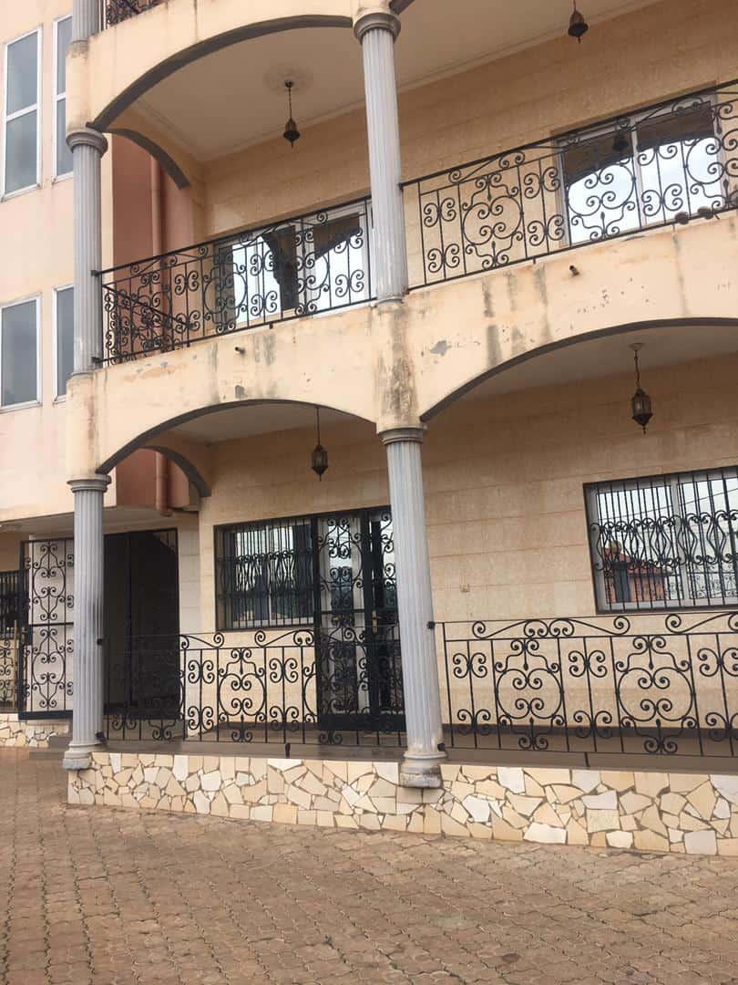 Appartement à louer - Yaoundé, Etoudi, MARCHE - 1 salon(s), 2 chambre(s), 3 salle(s) de bains - 220 000 FCFA / mois