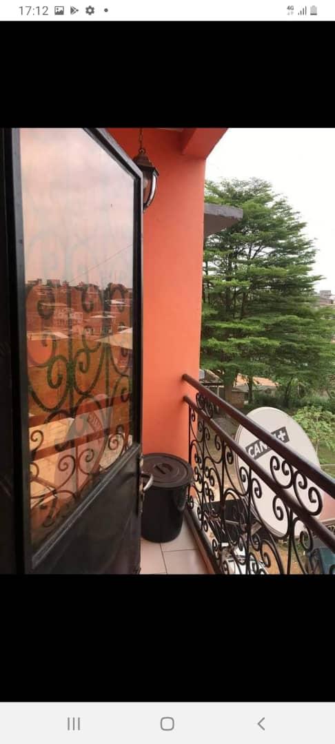 Appartement à louer - Yaoundé, Nsimeyong, SHELL - 1 salon(s), 1 chambre(s), 1 salle(s) de bains - 70 000 FCFA / mois