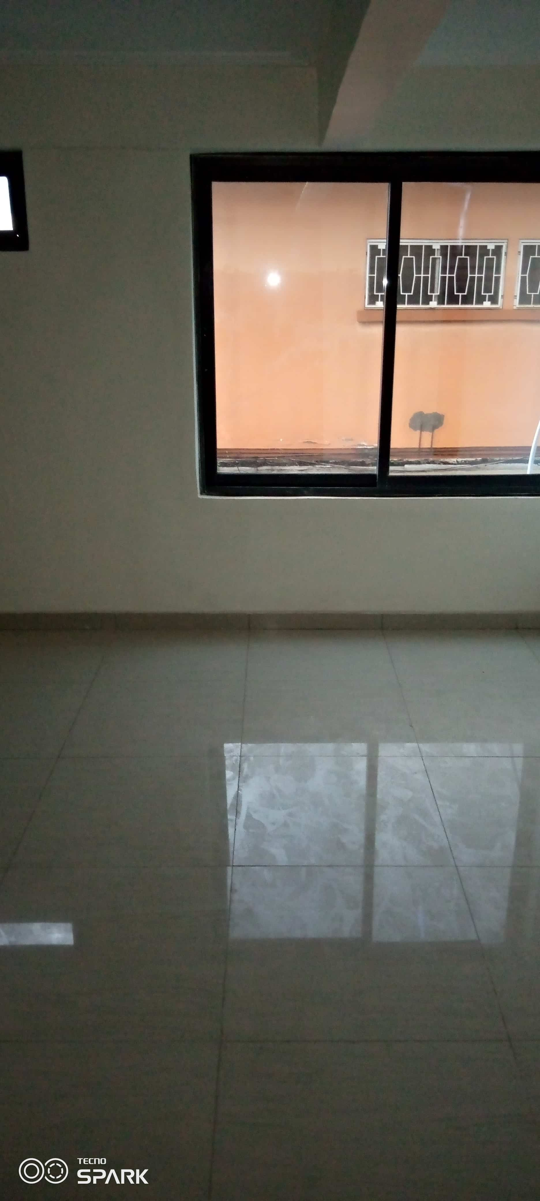 Office to rent at Yaoundé, Bastos, Pas loin de l'ambassade - 50 m2 - 150 000 FCFA