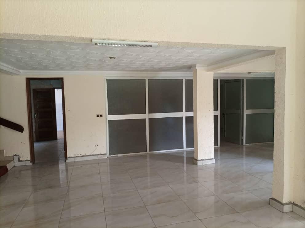 Office to rent at Yaoundé, Bastos, Pas loin de l'ambassade de core - 1000 m2 - 2 500 000 FCFA