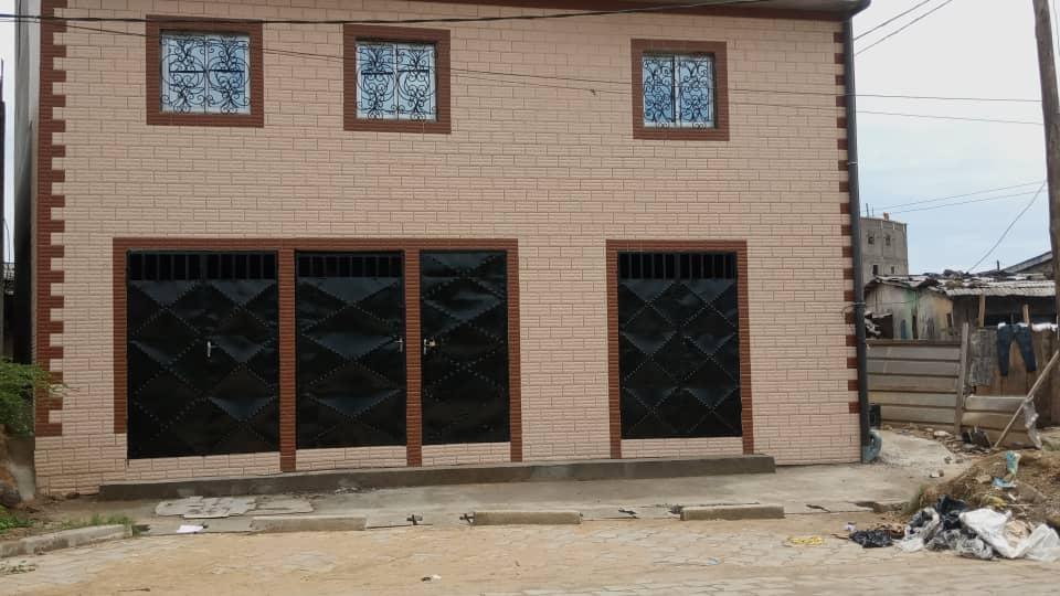 Magasin à louer à Douala, Yabassi, Camps yabassi Ngonsue Route en pave - 100 m2 - 120 000 FCFA