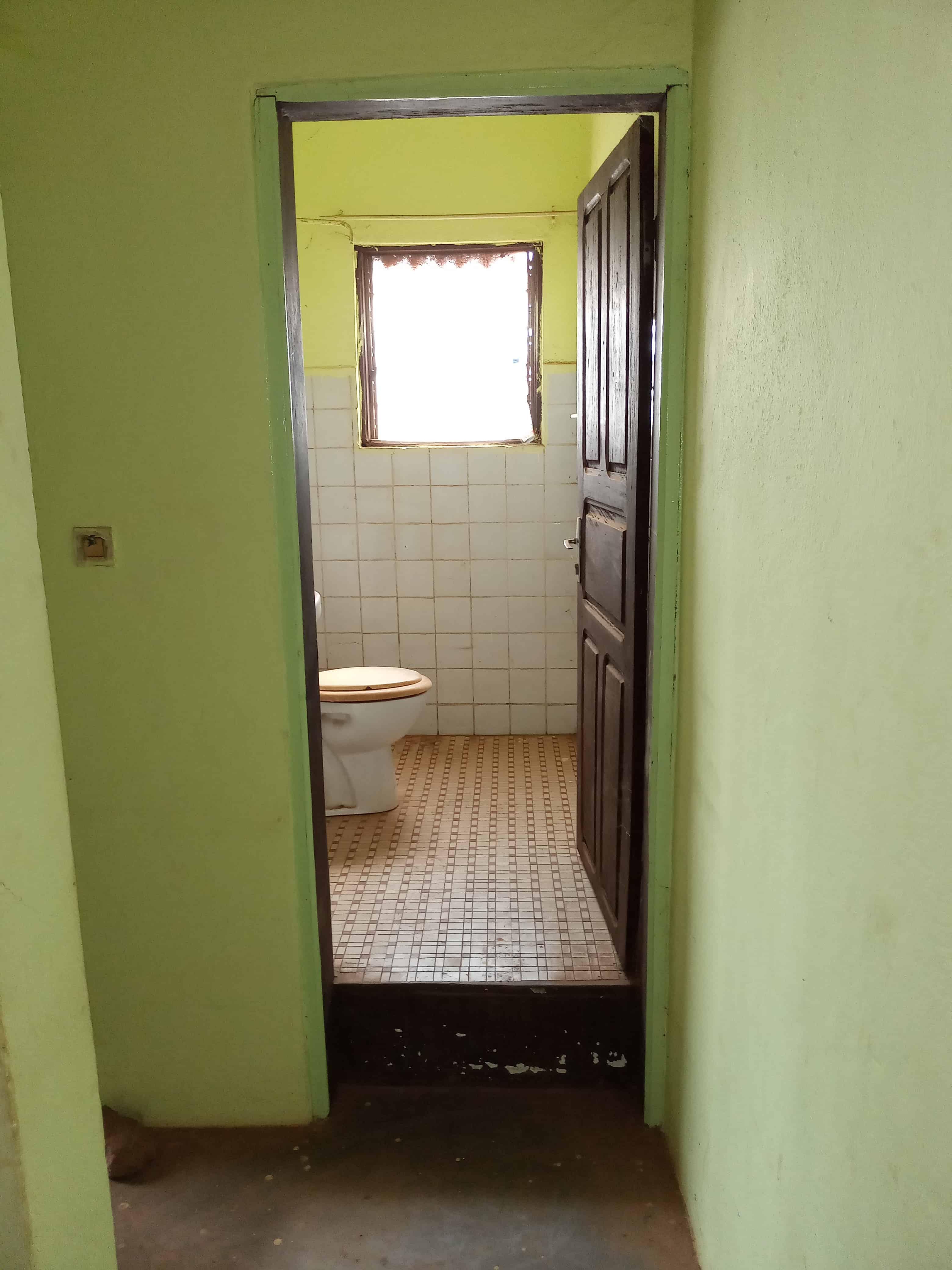Office to rent at Yaoundé, Essos, Appolo bar essos - 150 m2 - 90 000 FCFA