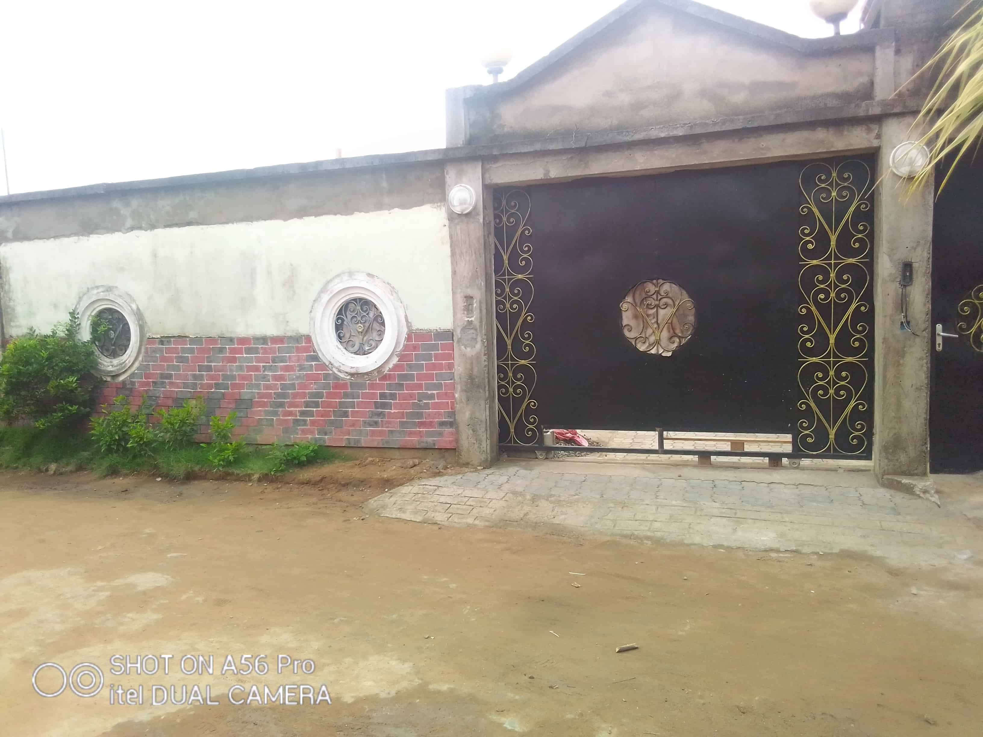 House (Villa) for sale - Douala, Nyala Bassa, Nyala château - 1 living room(s), 3 bedroom(s), 2 bathroom(s) - 25 000 000 FCFA / month