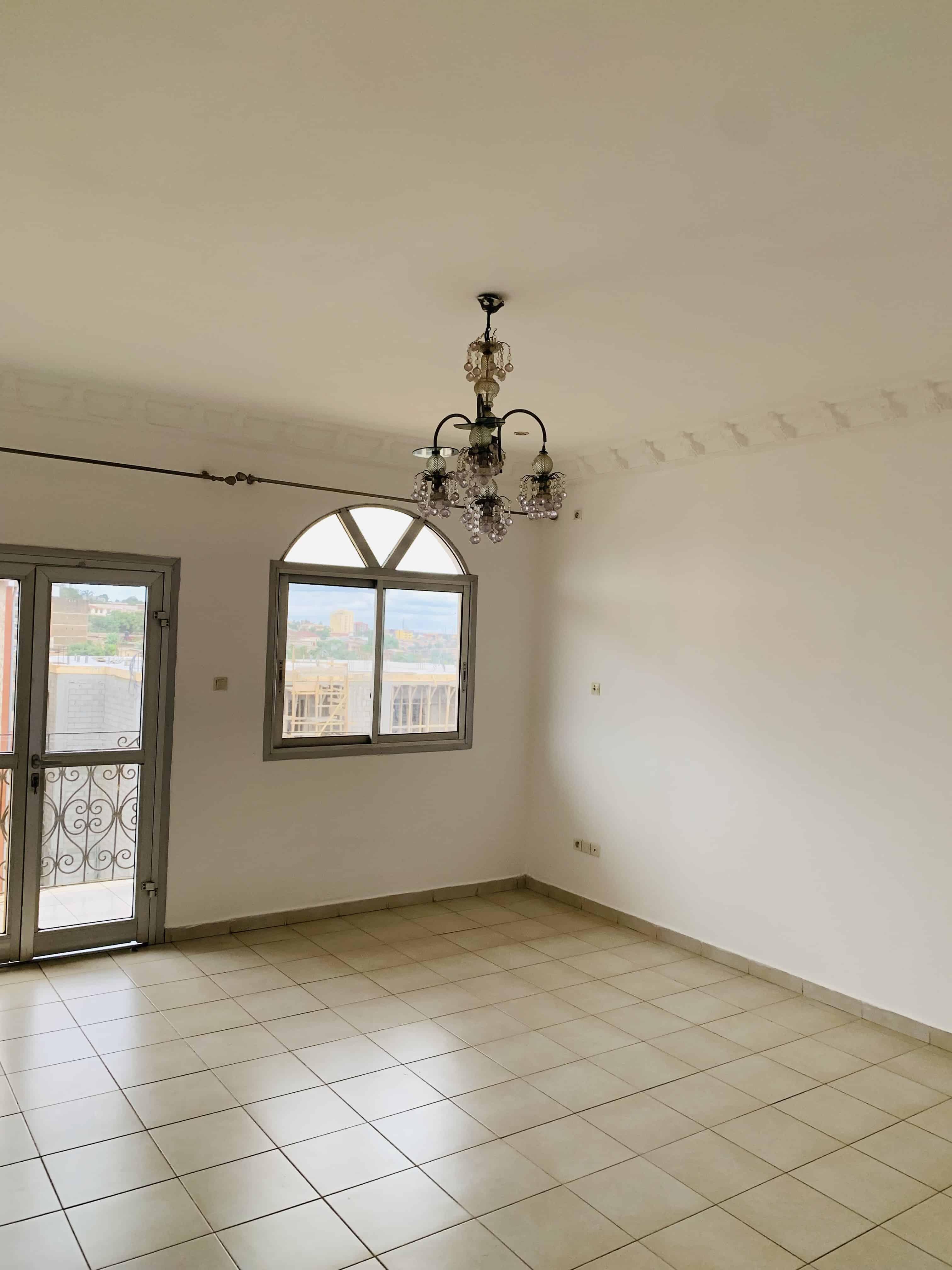 Apartment to rent - Yaoundé, Mfandena, Derrière stade omnisports - 1 living room(s), 2 bedroom(s), 1 bathroom(s) - 200 000 FCFA / month