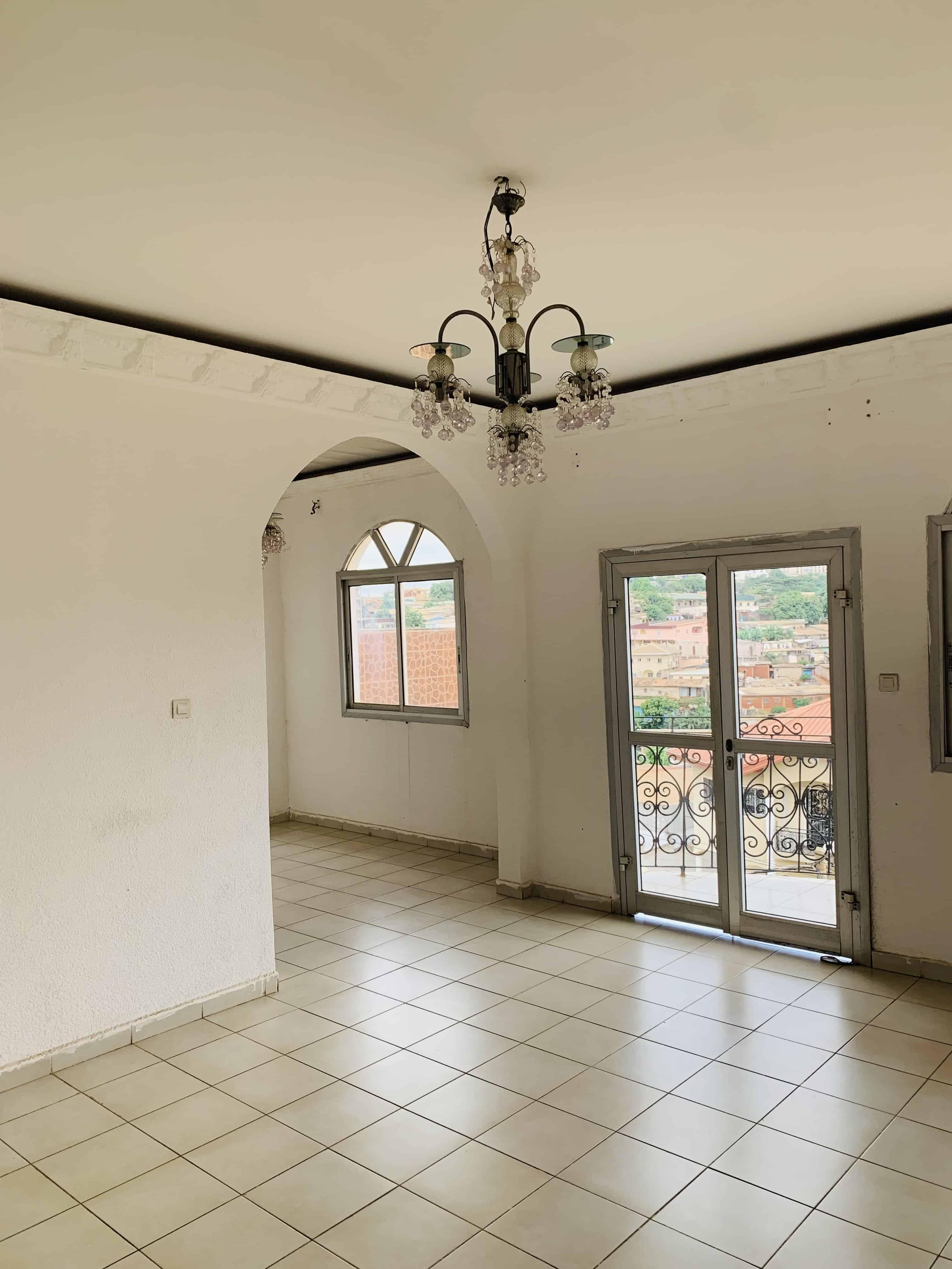 Apartment to rent - Yaoundé, Mfandena, Derrière stade omnisports - 1 living room(s), 2 bedroom(s), 1 bathroom(s) - 250 000 FCFA / month