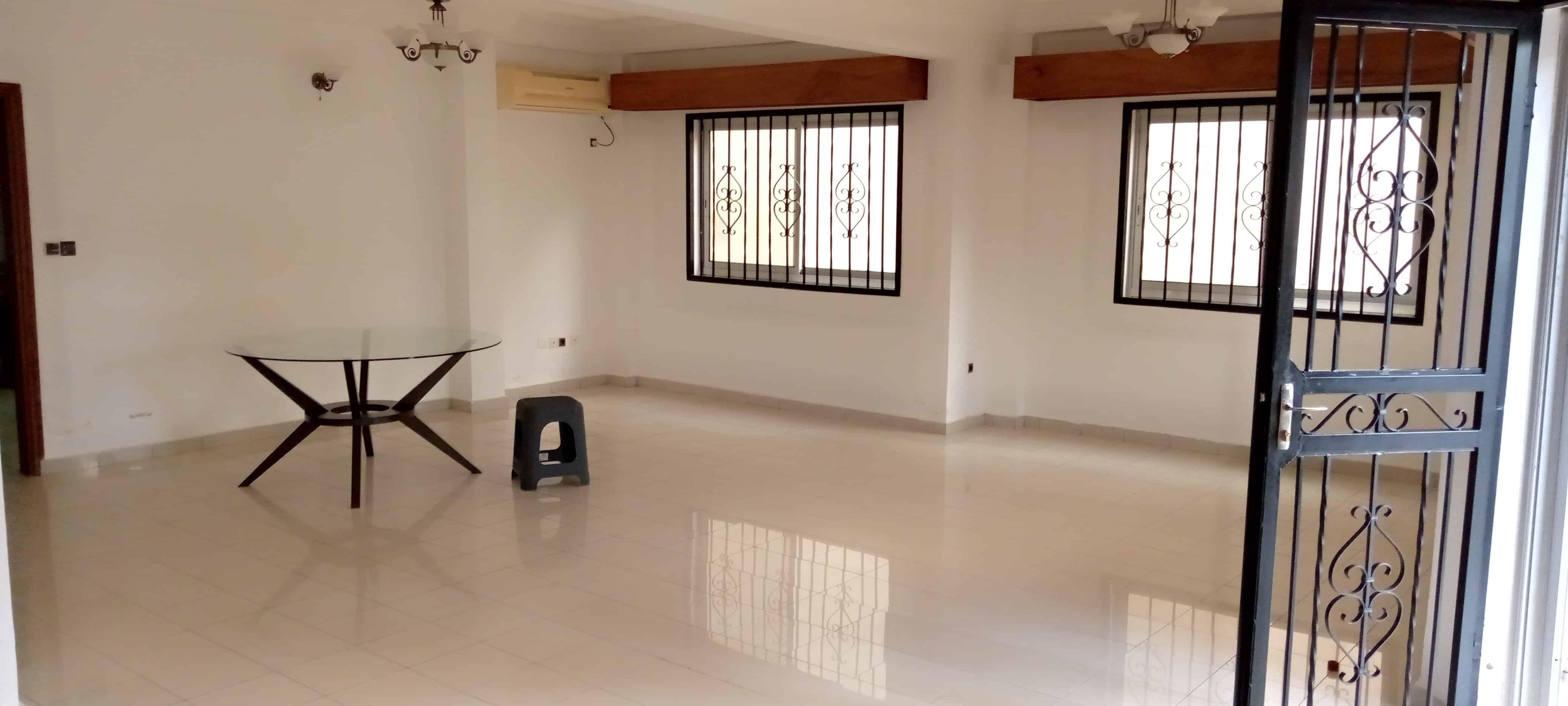 Apartment to rent - Yaoundé, Bastos, Golf - 1 living room(s), 2 bedroom(s), 3 bathroom(s) - 800 000 FCFA / month