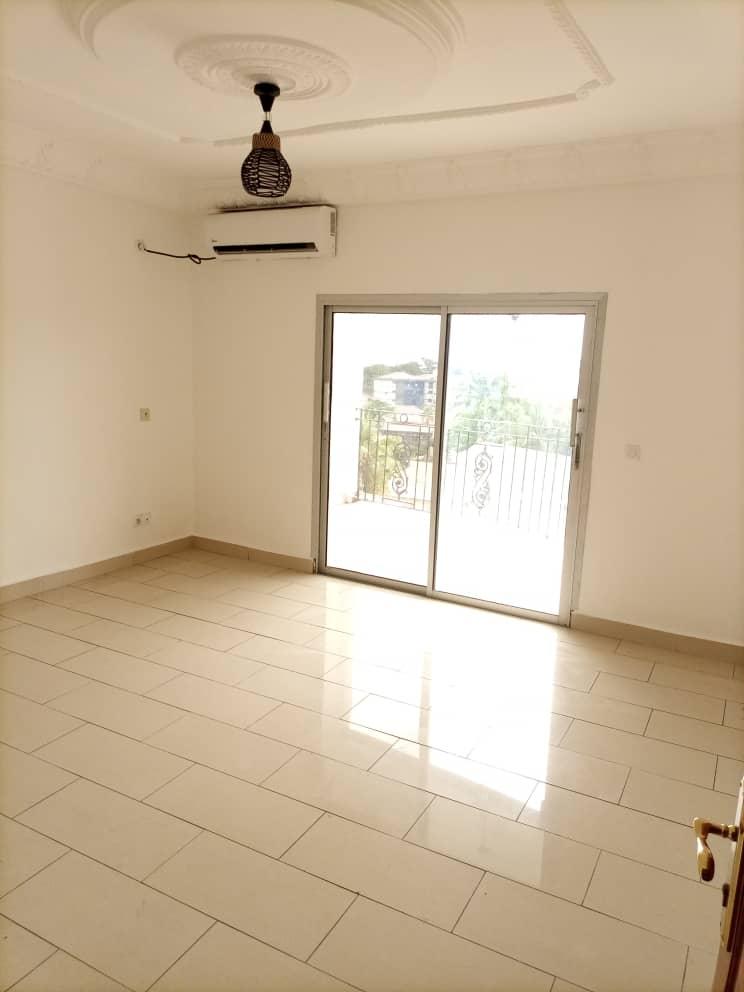 Apartment to rent - Douala, Bonapriso, Centre - 1 living room(s), 2 bedroom(s), 1 bathroom(s) - 400 000 FCFA / month