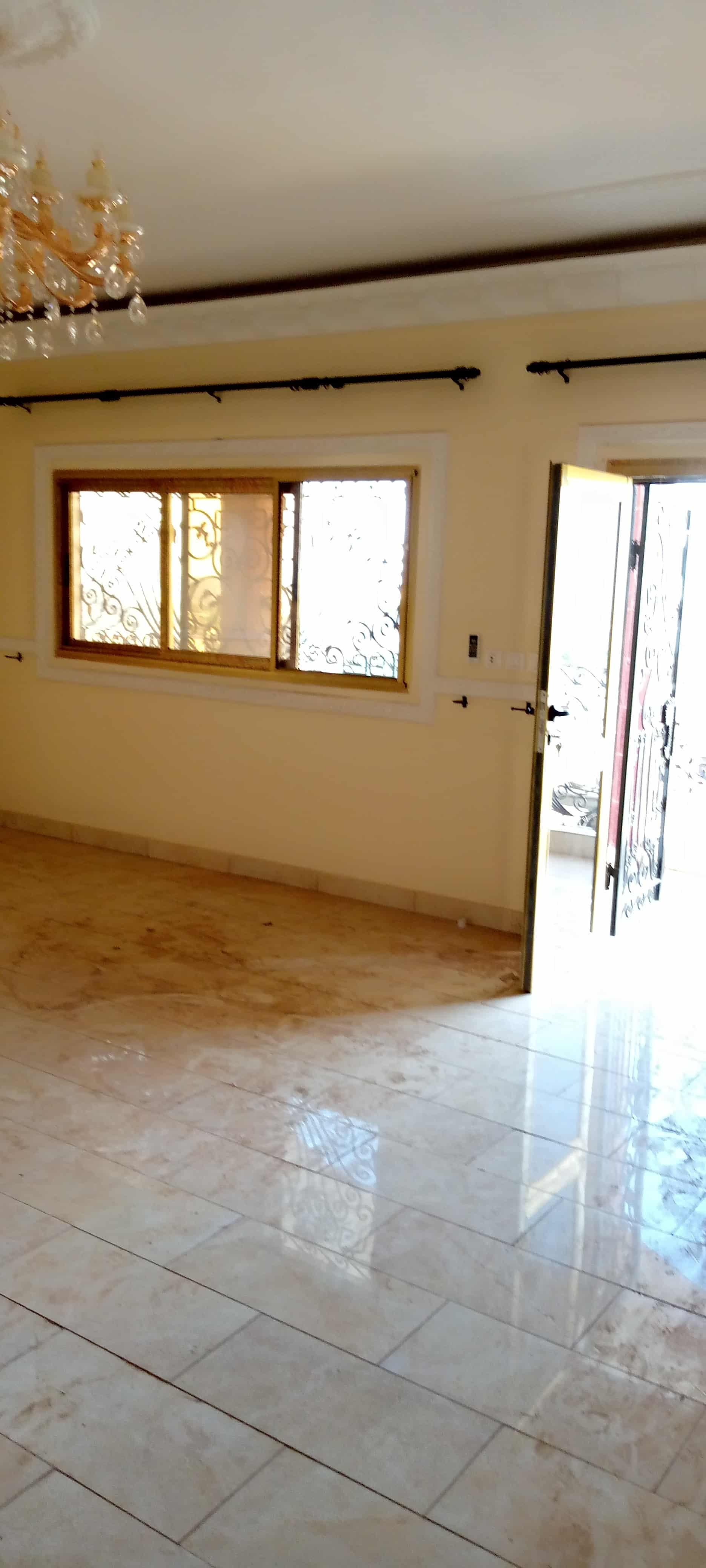 Apartment to rent - Yaoundé, Santa Barbara, Pas loin de gulfin - 1 living room(s), 3 bedroom(s), 4 bathroom(s) - 300 000 FCFA / month