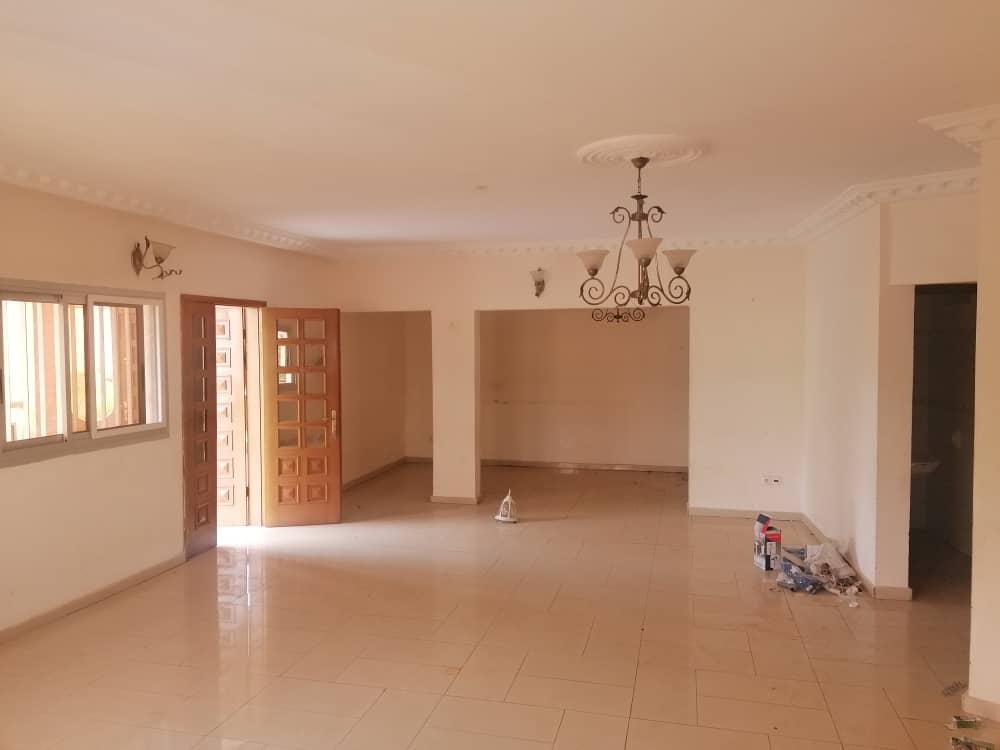Apartment to rent - Yaoundé, Bastos, Pas loin de l'ambassade de core - 1 living room(s), 3 bedroom(s), 4 bathroom(s) - 450 000 FCFA / month
