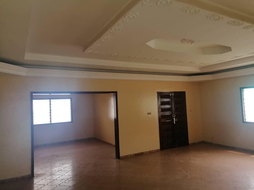 Office to rent at Yaoundé, Bastos, Nouvelle route - 700 m2 - 1 000 000 FCFA