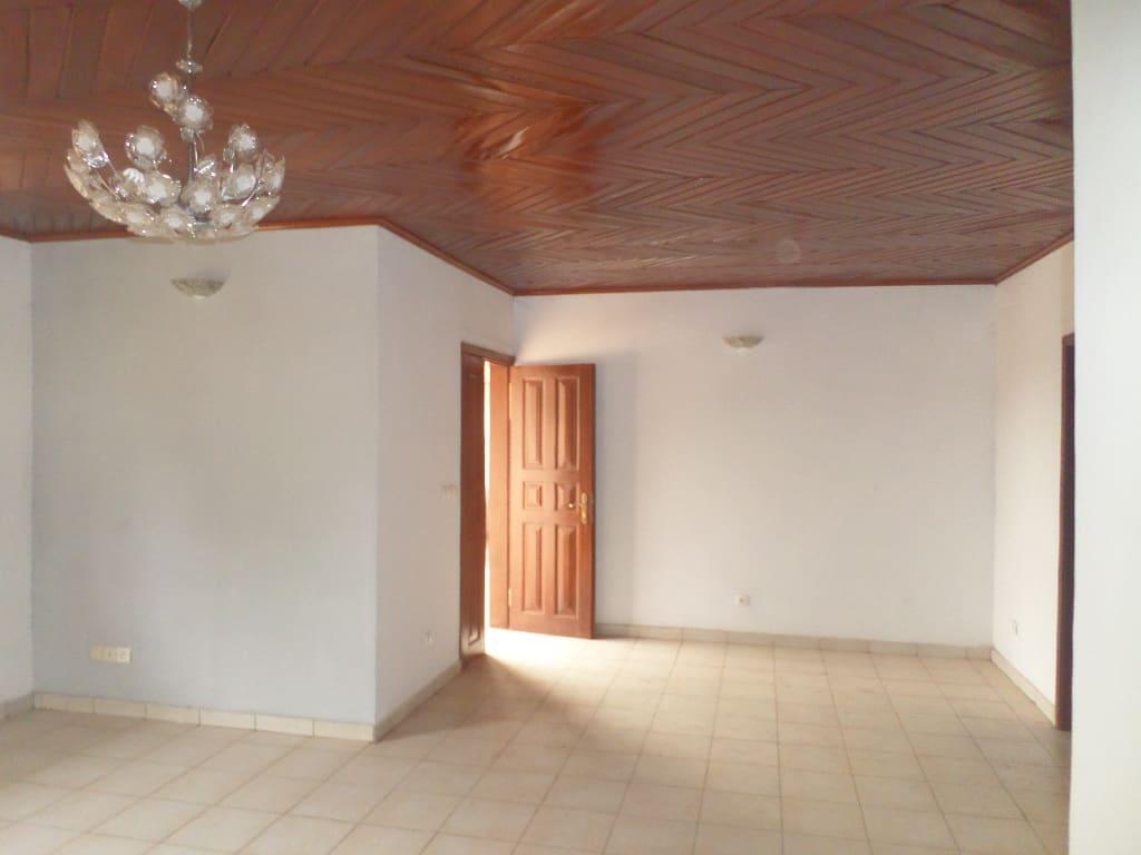 Apartment to rent - Yaoundé, Elig-essono, rue ceper - 1 living room(s), 2 bedroom(s), 3 bathroom(s) - 250 000 FCFA / month